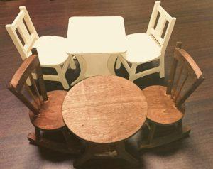 ダイソーさんいつの間に新しいテーブルチェアを出してたの!!買っちゃった!両方とも塗り加工するけど、こういうの欲しかったの!ドルしまの家具が増えてく テーブルチェア ダイソー商品一覧